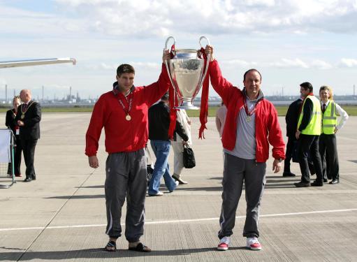 图文-英雄利物浦返回英格兰红军将帅高举奖杯