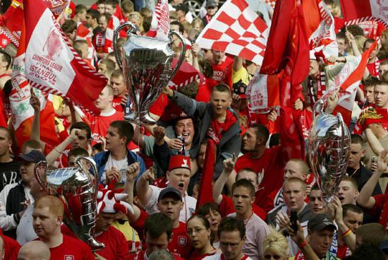 图文-利物浦冠军杯红色巡游红军旗帜高高飘扬