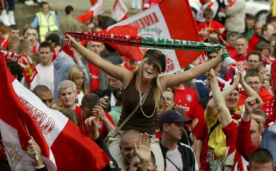 图文-利物浦冠军杯红色巡游美女球迷只爱红军
