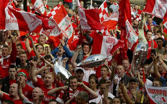 图文-利物浦冠军杯红色巡游欢呼球迷群情激昂