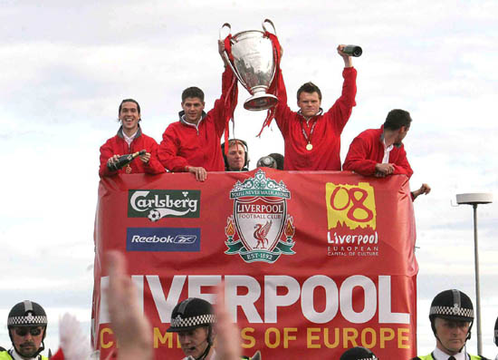图文-利物浦冠军杯红色巡游骄傲展示冠军奖杯