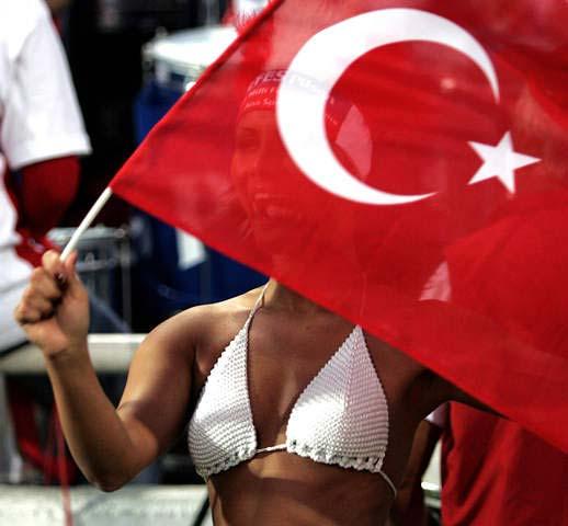 图文-[世界杯]土耳其0-0希腊女球迷酥胸呼之欲出