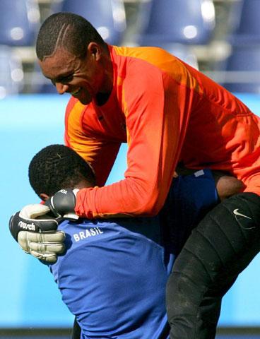 图文-巴西备战联合会杯决赛迪达与队友开起玩笑