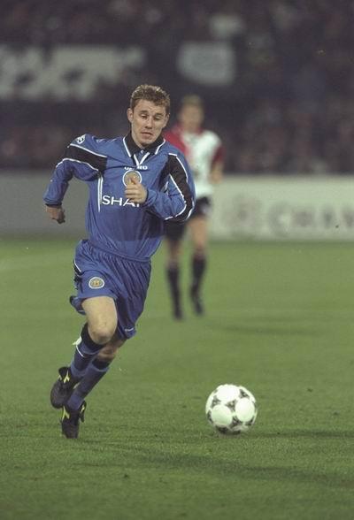 图文-曼联经典客场球衣回顾96-97的蓝黑色变异