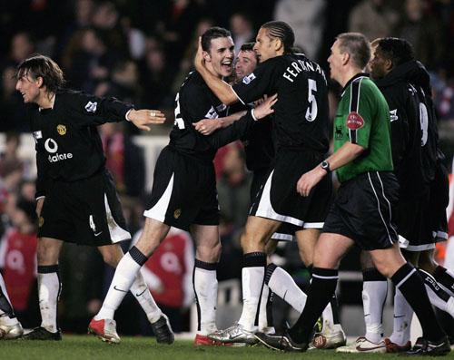 图文-曼联经典客场球衣回顾04-05的黑色款式