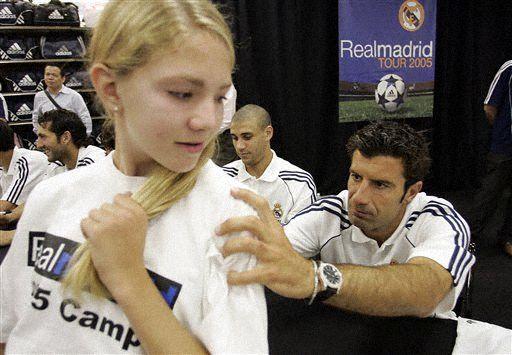 皇马洛杉矶球迷见面会菲戈签名一脸严肃