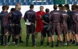 图文-利物浦备战索非亚奇迹先生为球员讲战术