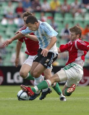 图文-热身赛匈牙利VS阿根廷进球功臣遭疯狂逼抢