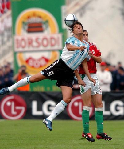 图文-热身赛匈牙利VS阿根廷克雷斯波头球攻门