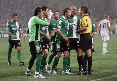 图文-[冠军杯]摩纳哥2-2贝蒂斯围攻裁判换来出线