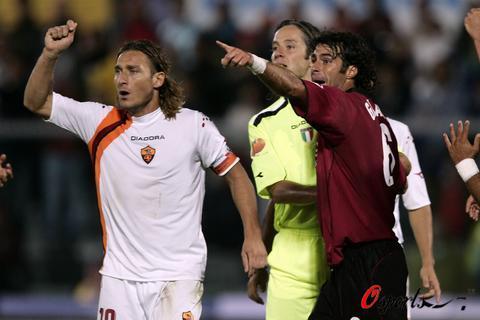 图文-[意甲]利沃诺0-0罗马双方球员发生争执