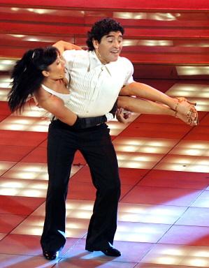 图文-马拉多纳表演足球舞蹈抱起美女一起旋转