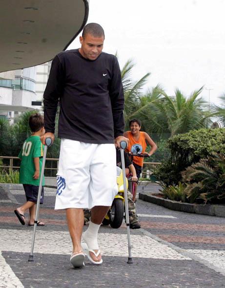 图文-罗纳尔多在家乡养伤拄拐的日子分外休闲
