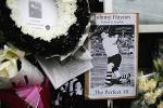 图文-[英超]富勒姆2-0利物浦花圈图片寄托哀思