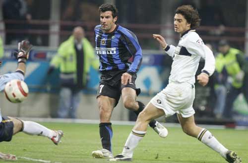 图文-菲戈打进第一粒意甲入球攻破帕尔马球门瞬间