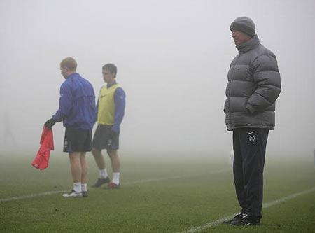 图文-曼联认真备战欧冠联赛福格森场边指点