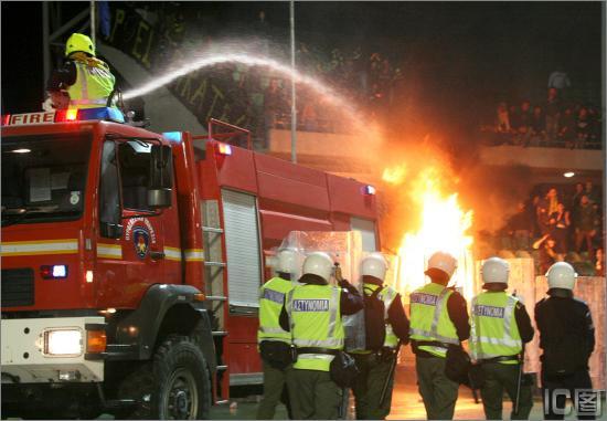 球场-塞浦路斯图文v球场1死27伤消防车前来灭丹尼尔姜漫画图片图片