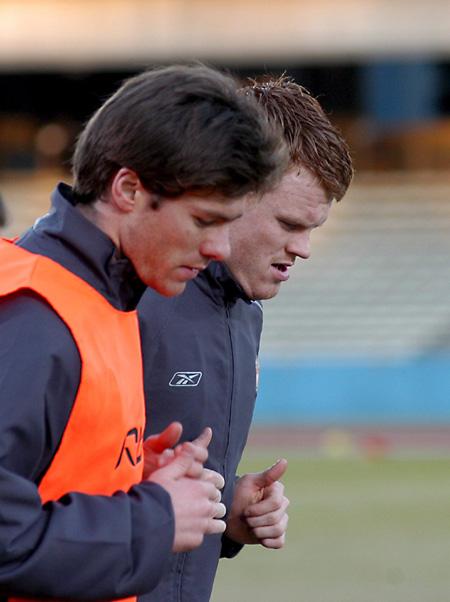 图文-利物浦出战世俱杯里瑟与阿隆索谋划战术