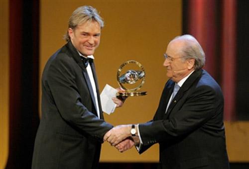 图文-FIFA足球先生票选花落谁家弗里斯克手捧奖杯