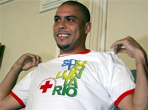 图文-罗纳尔多成为巴西红十字会志愿者男孩般微笑