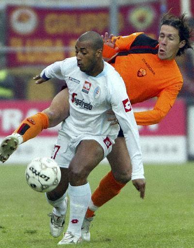 图文-[意甲]特雷维索0-1罗马桑托斯不畏强悍防守