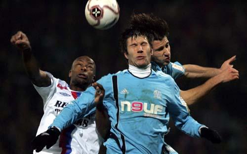 图文-[法甲]里昂2-1马赛维尔托德与对手争顶