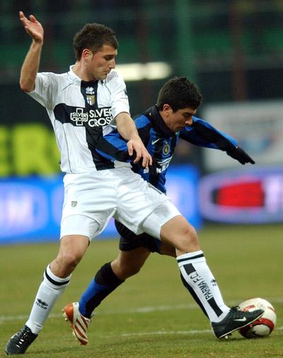 图文-[杯赛]国际米兰0-0帕尔马皮萨罗从腋下突破