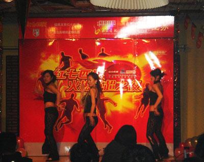 图文-青岛球迷感受激情英超劲舞开始