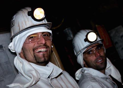 沙尔克04队集体访问矿场库兰伊心情不错