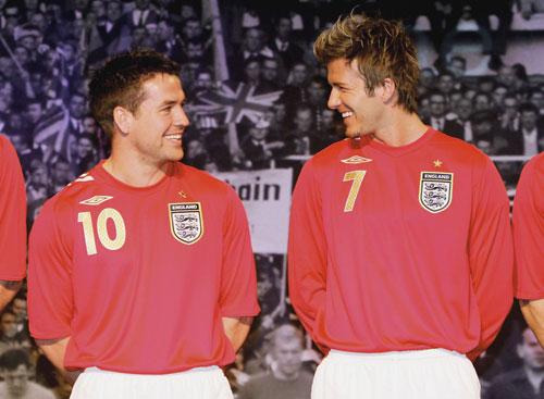 英格兰世界杯新队服亮相 小贝和欧文谈笑风生