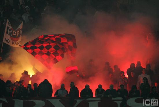 图文-[意甲]AC米兰3-1佛罗伦萨米兰顿时变成不夜天
