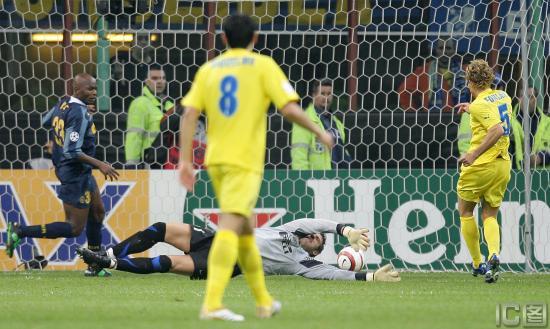 图文-[冠军杯]国米VS维拉利尔弗兰门前补射得分瞬间