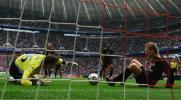 图文-[德甲]拜仁慕尼黑2-2科隆球即将入网瞬间