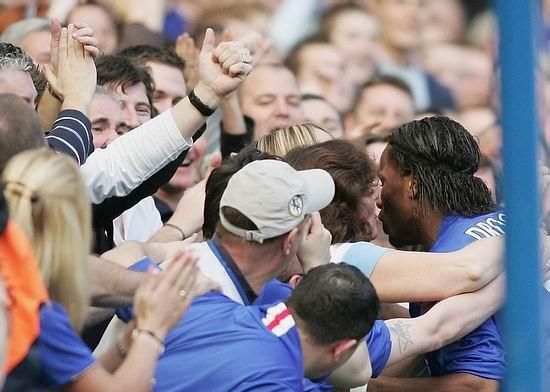 图文-[英超]切尔西3-0埃弗顿女球迷献吻德罗巴醉了