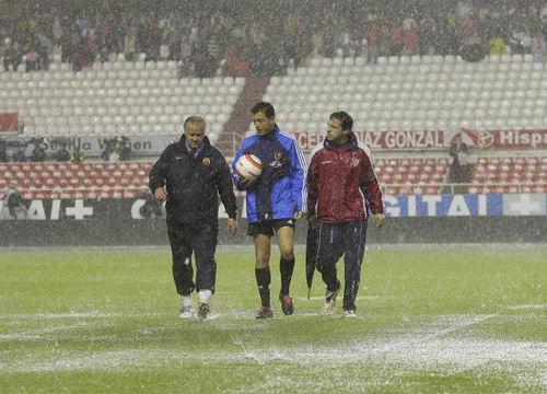 图文-[西甲]塞维利亚VS巴萨裁判员感受瓢泼大雨