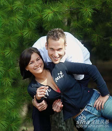 图文-切赫与妻子拥抱合影昔日的高中同学终成眷属