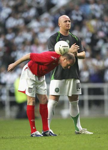 图文-英格兰球星希勒举行告别赛加斯科因来做秀