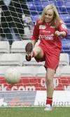图文-名人世界杯慈善赛美女如云米歇尔抬玉腿射门