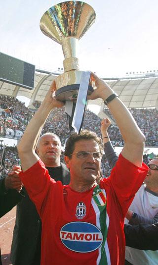 图文-尤文第29次获得意甲冠军卡佩罗高举金杯