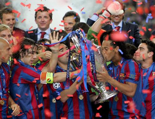 图文-巴塞罗那庆祝夺得冠军杯第一次捧杯的味道
