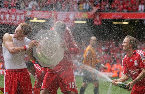 图文-[社区盾]利物浦2-1切尔西喷洒香槟来助兴