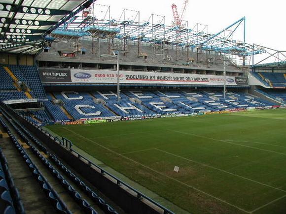 图文-英超切尔西主球场聚焦看台上的蓝军字样