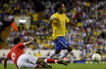 图文-[友谊赛]威尔士0-2巴西小罗已经快飞起来了