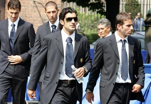 图文-国际米兰主席法切蒂葬礼菲戈等数位球员出席