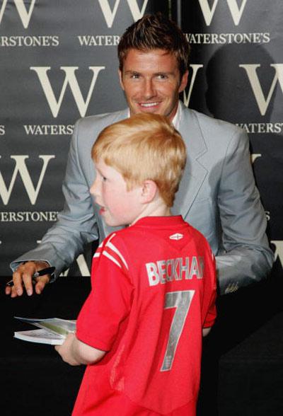 图文-贝克汉姆在伦敦推销新书幼儿球迷支持小贝