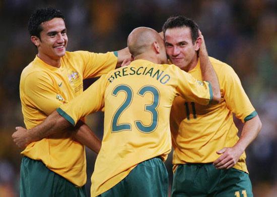图文-澳大利亚1-1平巴拉圭拉扎里迪斯享受拥抱