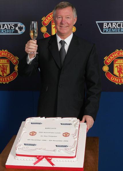 图文-弗格森庆祝执教曼联20周年蛋糕书写爵爷成就