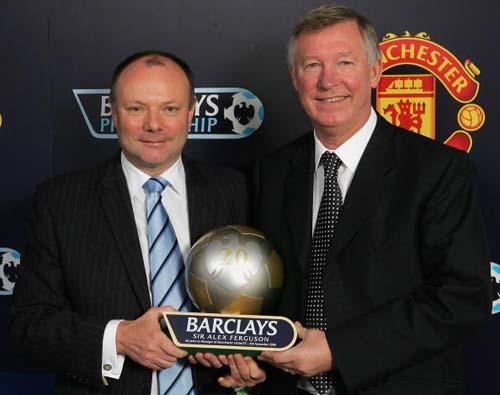 图文-弗格森庆祝执教曼联20周年这个奖杯几人能拿到?