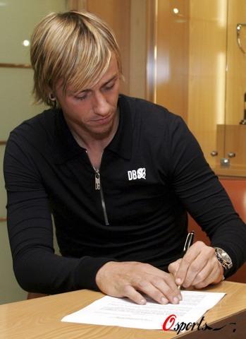图文-皇马副队长完成续约古蒂在新合同上签字