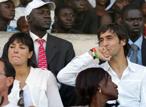图文-大使劳尔携妻飞赴达喀尔此时的飞吻献给谁